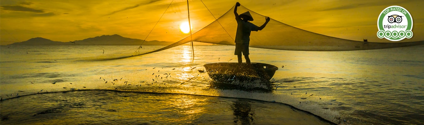 Vietnamese fisherman casting his net on a private Hoi An tour